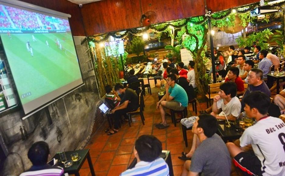 Lắp đặt máy chiếu tại các quán café sẽ giúp thu hút khách hàng hơn