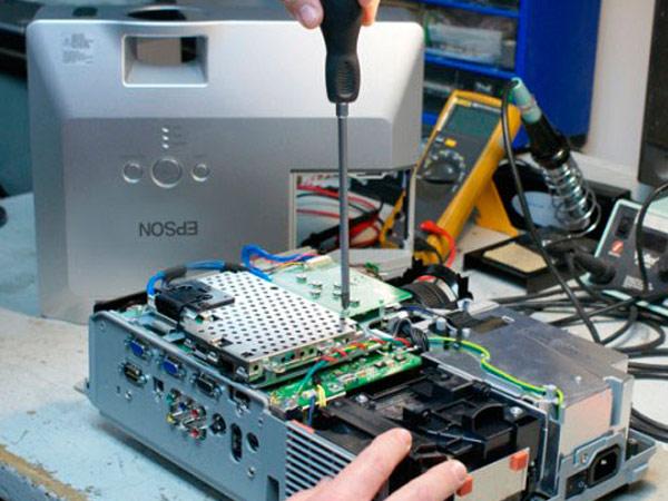 Khi cần sửa chữa máy chiếu, hãy gọi thợ chuyên nghiệp
