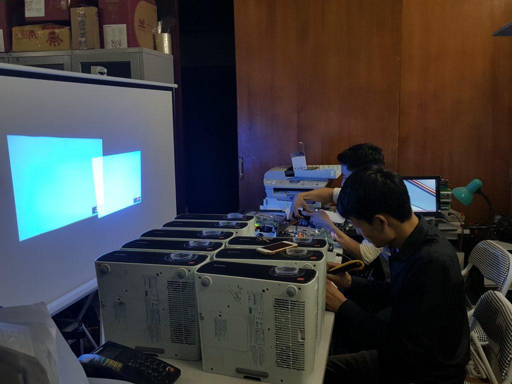 Đội ngũ kỹ thuật viên nhiều kinh nghiệm giúp sửa máy chiếu hiệu quả